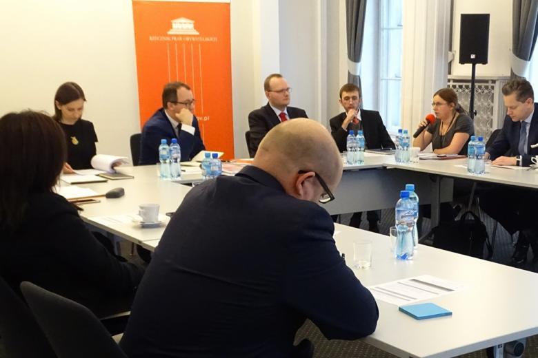 zdjęcie: za białymi stołami siedzi kilka osób