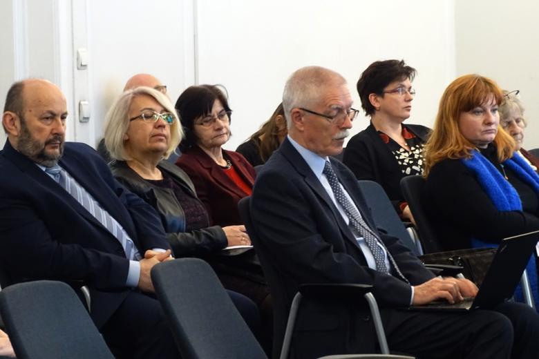 zdjęcie: kilka osób siedzi na sali i przychłuchuje się konferencji