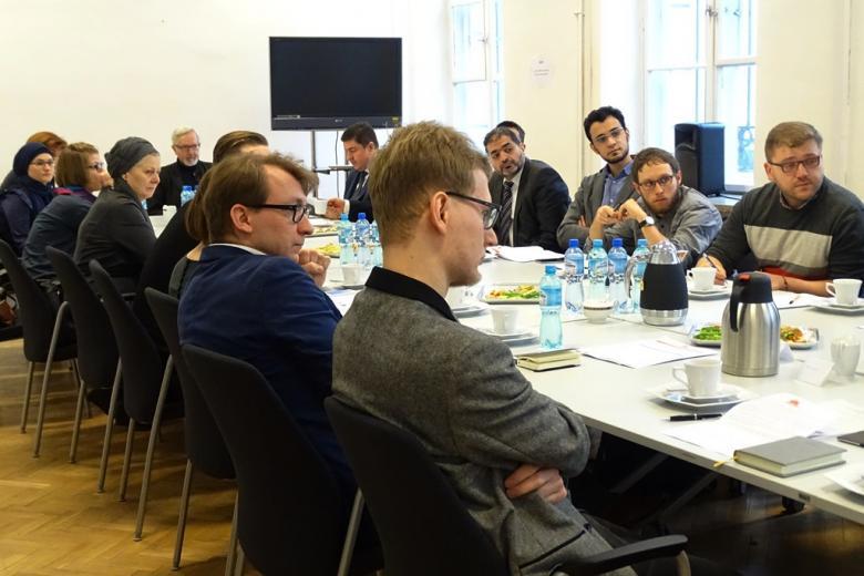zdjęcie: kilkanaście osób sieprzy przy złączonych stołach