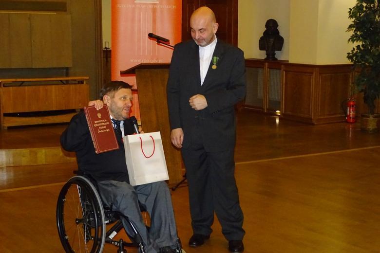 Mężczyzna na wózku i mężczyzna stojący