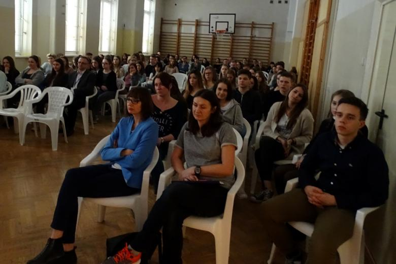 zdjęcie: na sali gimnastycznej siedzi kilkadziesiąt osób