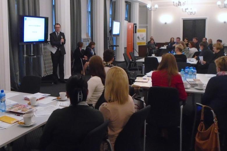 na zdjęciu uczestnicy spotkania, przemawia RPO dr Adam Bodnar