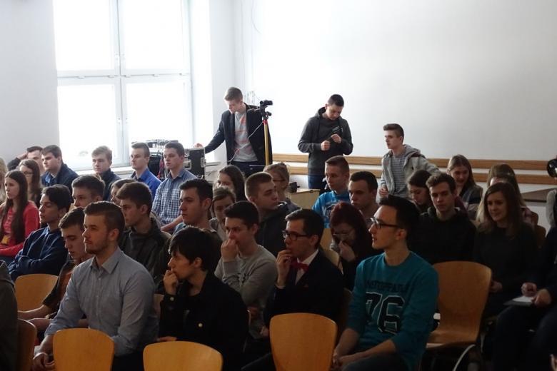 zdjęcie: kilkanaście młodych osób siedzi na sali