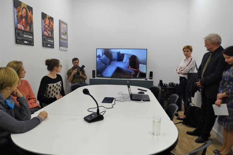 Pokój z monitorem, na którym można słuchać zeznań dziecka