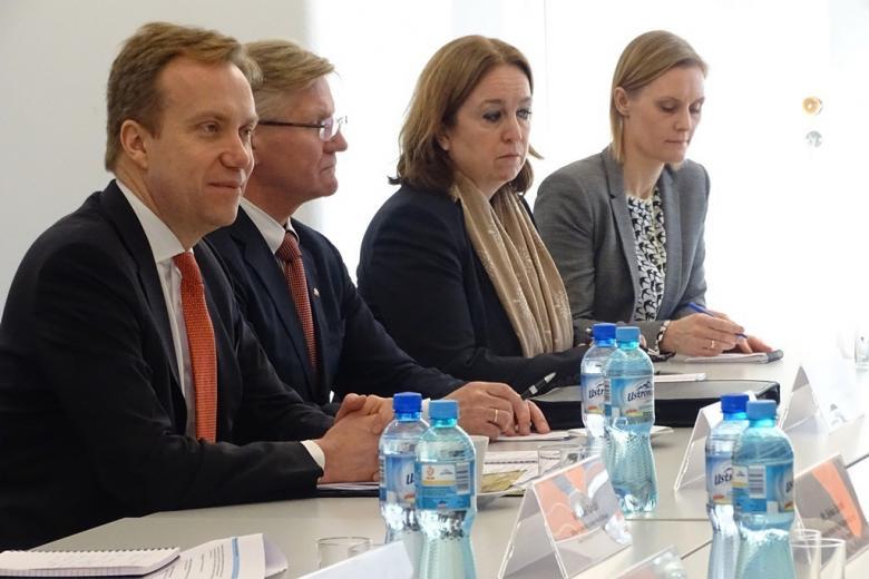 zdjęcie: przy stole siedzi dwóch mężczyzn i dwie kobiety