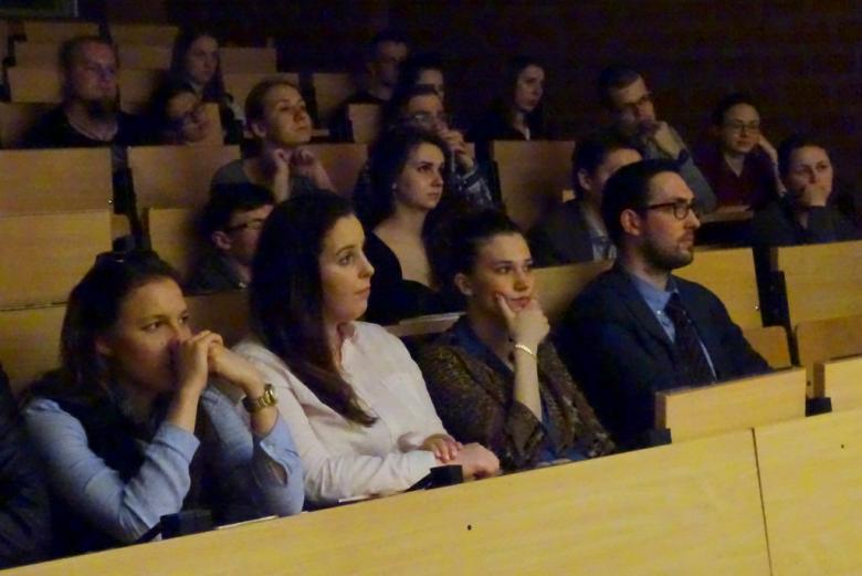 na zdjęciu kilkanaście młodych osób siedzi w auli wykładowej