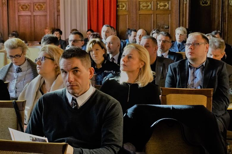 zdjęcie: na sali siedzi kilkadziesiąt osób