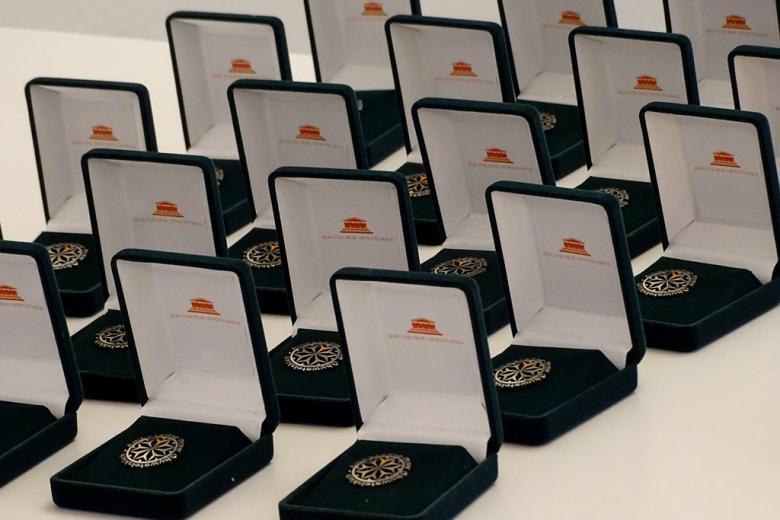 zdjęcie: otwarte pudełeczka ozdobe z odznakami Ambasadorów RPO
