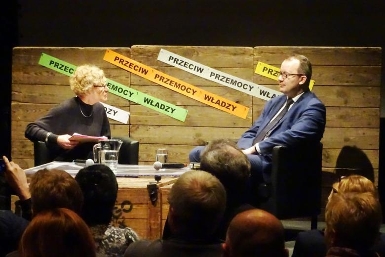 zdjęcie: na scenie siedzi kobieta i mężczyzna przed nimi kilkanaście osób