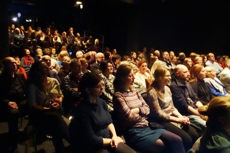 zdjęcie: na widowni siedzi kilkadziesiąt osób