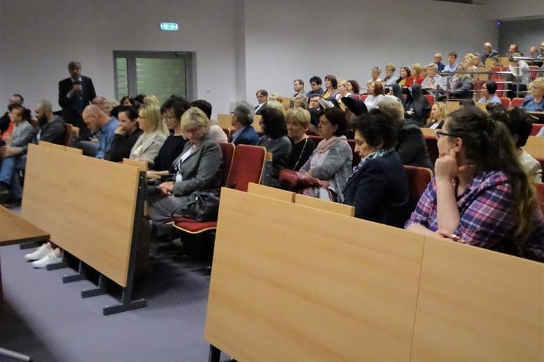 zdjęcie: kilkadziesiąt osób siedzi na sali