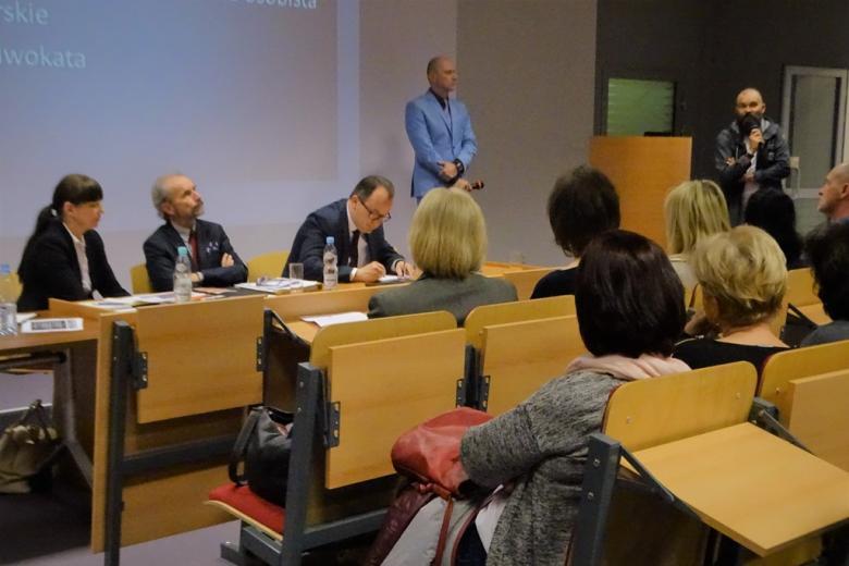 zdjęcie: jeden z mężczyzn stoi i mówi do mikrofonu