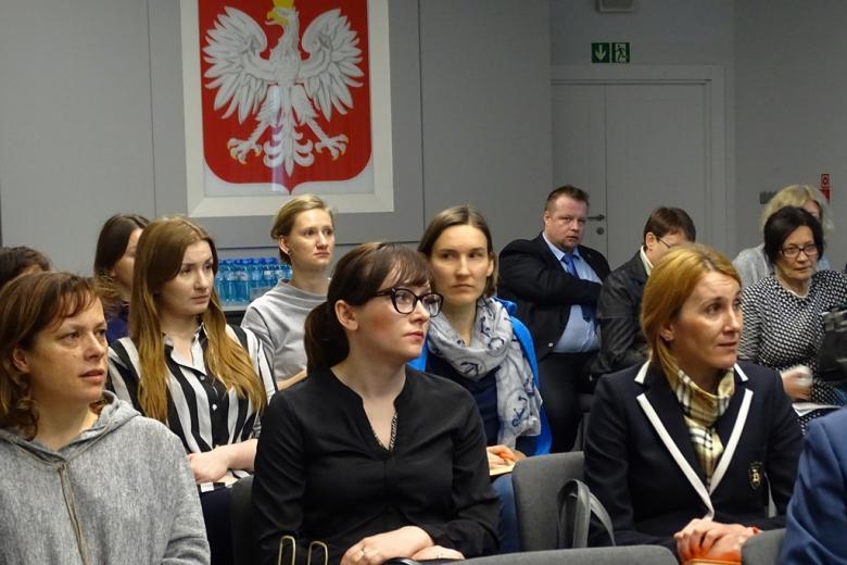 zdjęcie: na sali konferencyjne siedzi kilkanaście osób