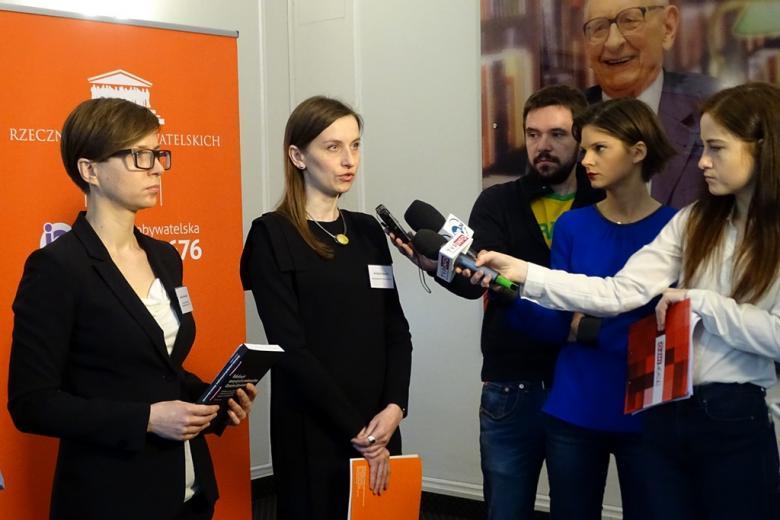 Kobieta odpowiada na pytania dziennikarzy