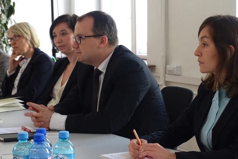 zdjęcie: przy stole siedzą trzy kobiety i mężczyzna