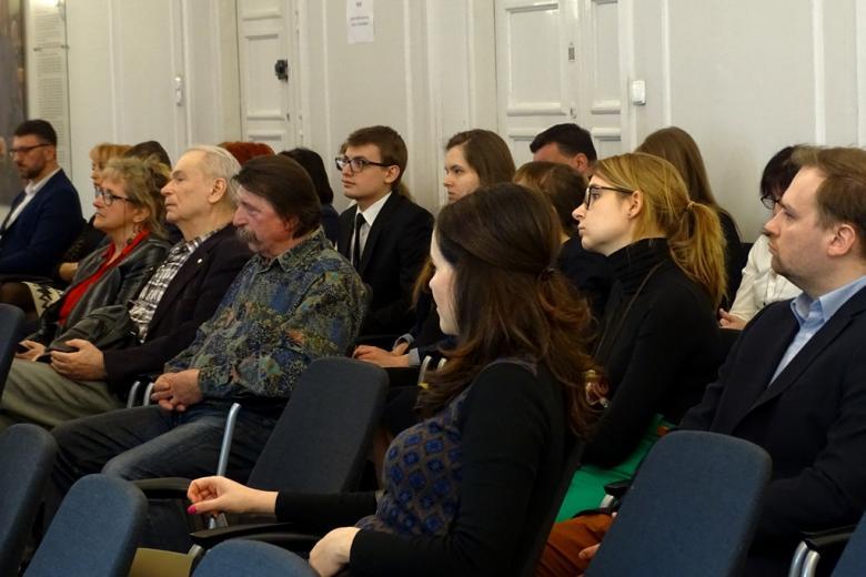 zdjęcie: kilkanaście osób siedzi na krzesłach