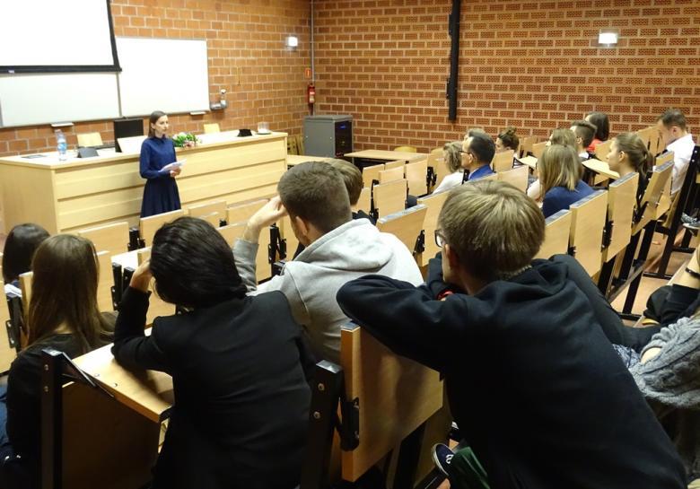 Kobieta mówi do studentów na sali wykładowej