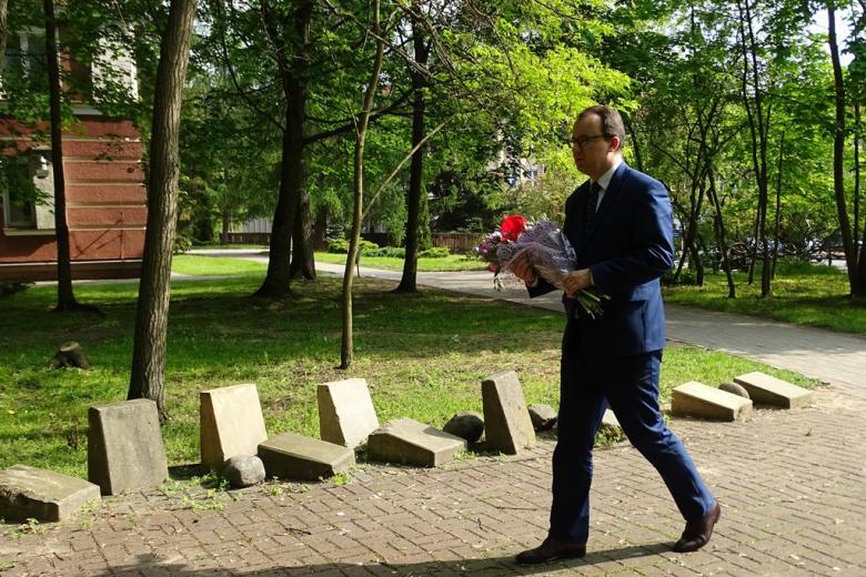Zdjęcie: mężczyzna niesie kwiaty