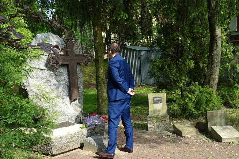 Zdjęcie: mężczyzna przed pomnikiem