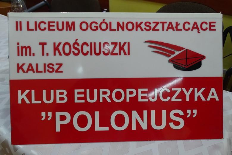 Biało-czerwona tablica z naspiem