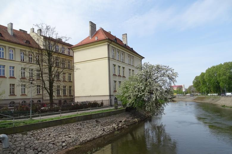 Budynek starej szkoły nad rzeką