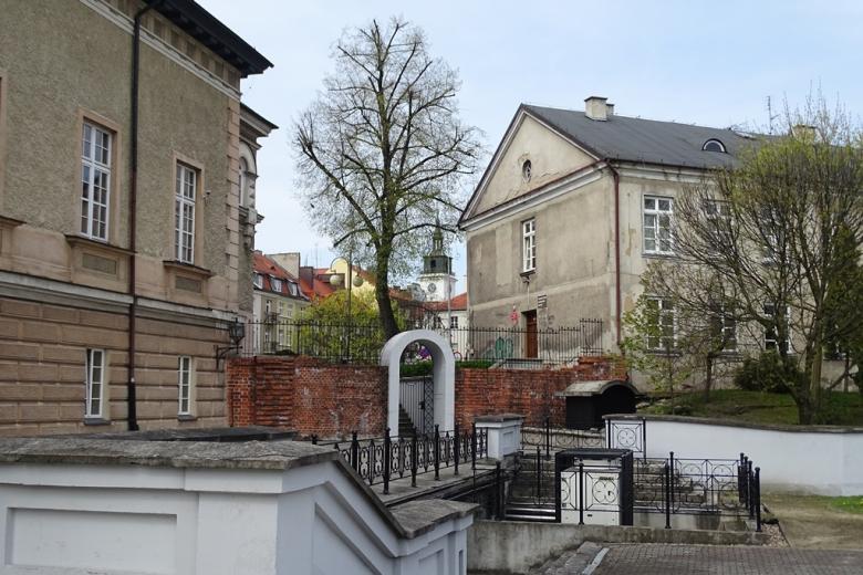 Stary budynek, w tle - kosciół