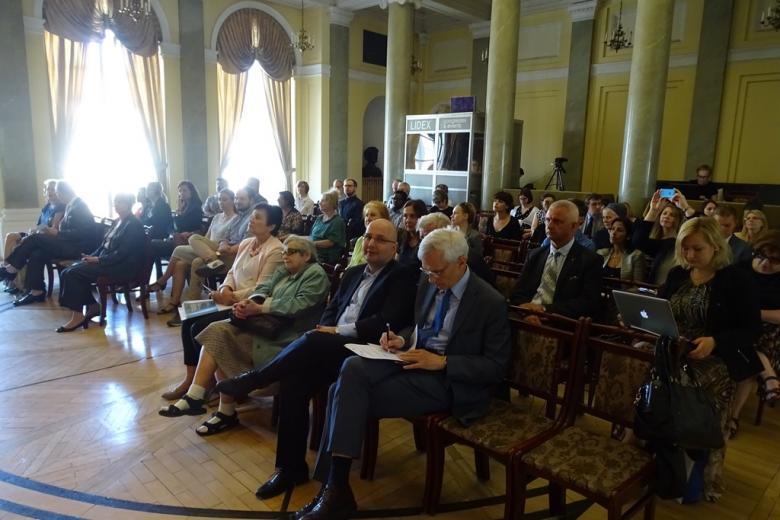 Zdjęcie: publiczność siedzi w zabytkowej sali