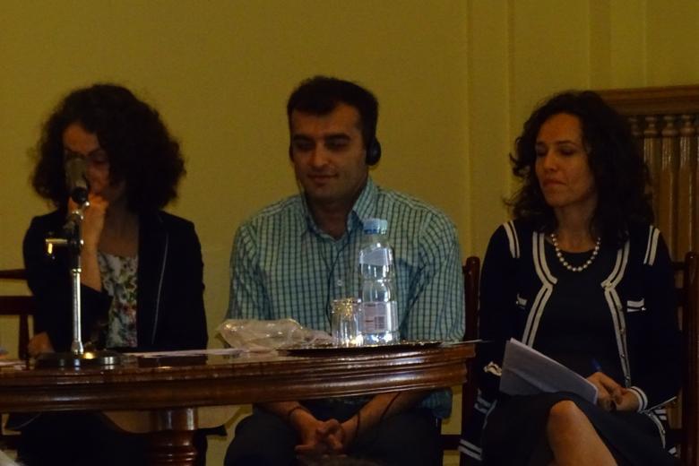 Zdjęcie: paneliści, mężczyzna słucha tłumaczenia