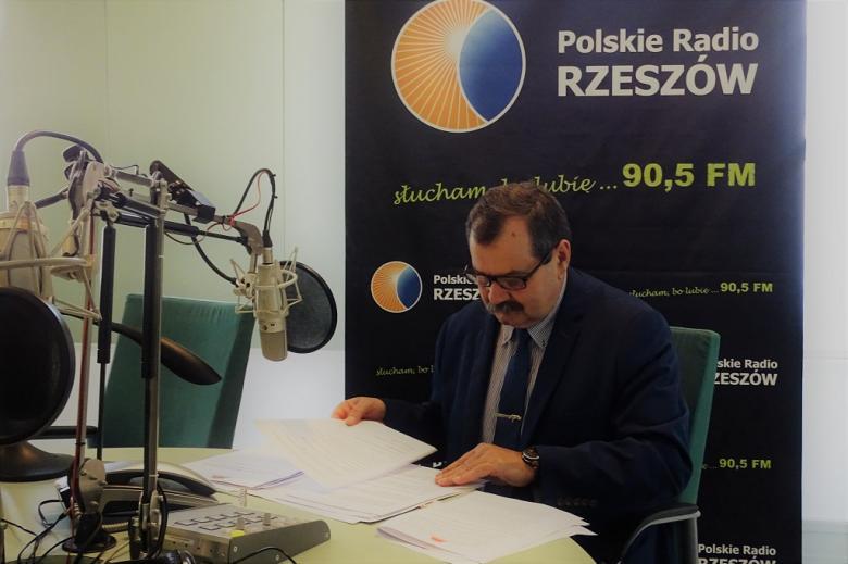 zdjęcie: mężczyzna w garniturze w studiu radiowym