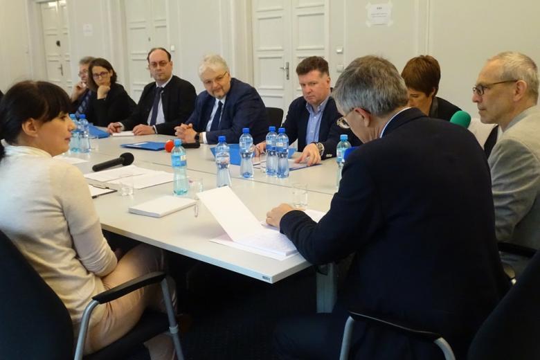 zdjęcie: przy stole siedzi kilkanaście osób