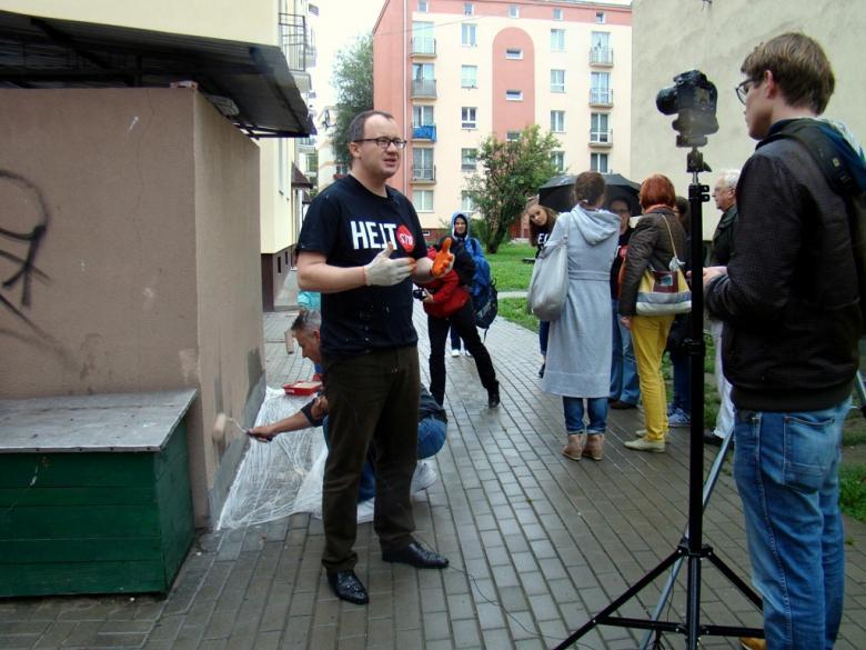 Zdjęcie: mężczyzna w koszulce z napisem Hejtstop zwraca się do dziennikarzy