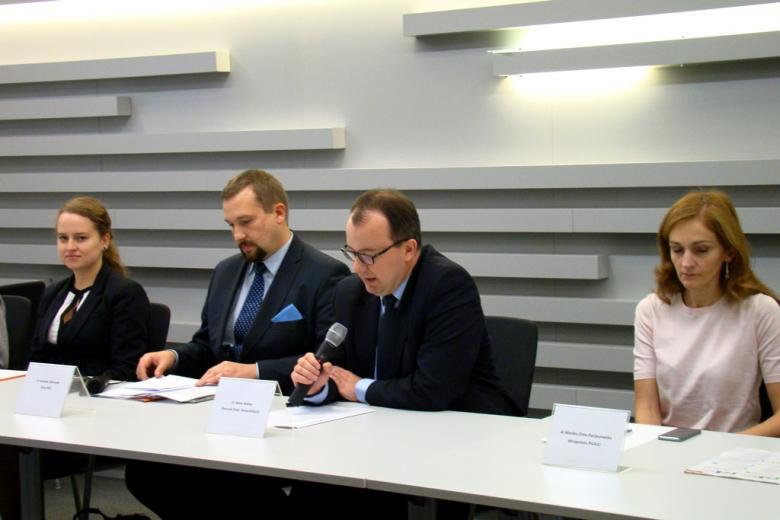 na zdjęciu Paula Nowek, dr Jarosław Zbieranek, dr Adam Bodnar,  dr Monika Zima-Parjaszewska