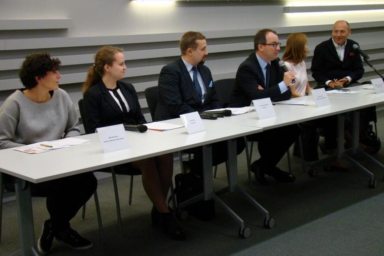 Na zdjęciu od lewej Zofia Nawrocka, Paula Nowek, dr Jarosław Zbieranek, dr Adam Bodnar, dr Monika Zima-Parjaszewska, Piotr Pawłowski