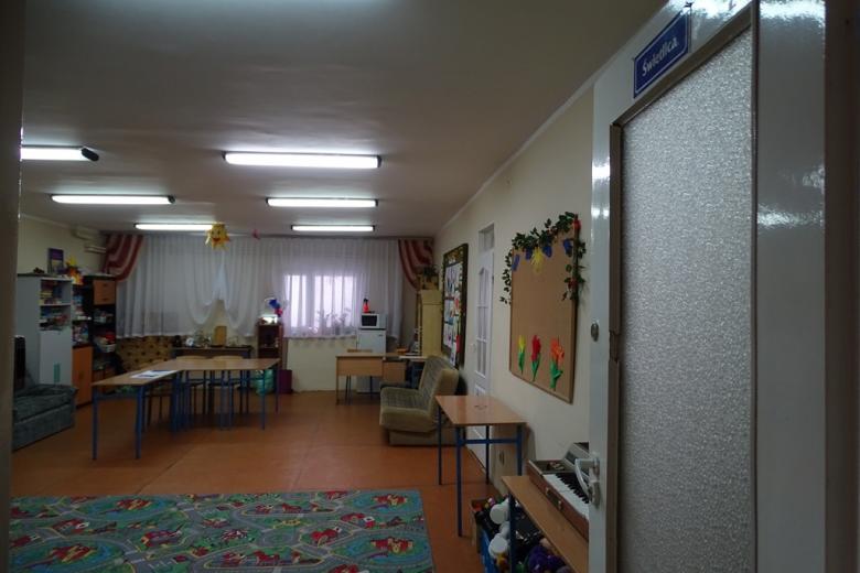 Zdjęcie: pokój do zabawy z napisem Świetlica na drzwiach