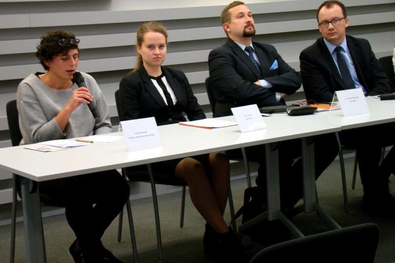 na zdjęciu Zofia Nawrocka, Paula Nowek, dr Jarosław Zbieranek, dr Adam Bodnar