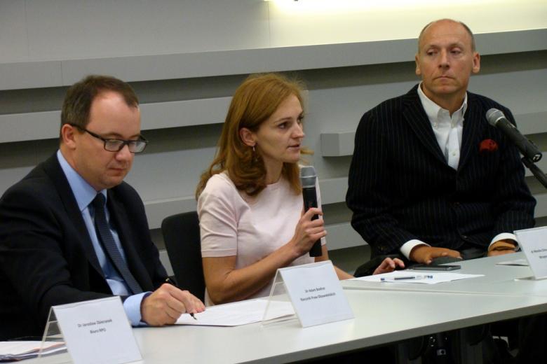 na zdjęciu dr Adam Bodnar, dr Monika Zima-Parjaszewska oraz Piotr Pawłowski