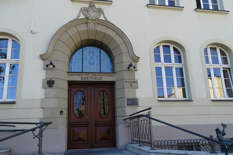 Zdjęcie: drzwi wejściowe do zabytkowego budynku