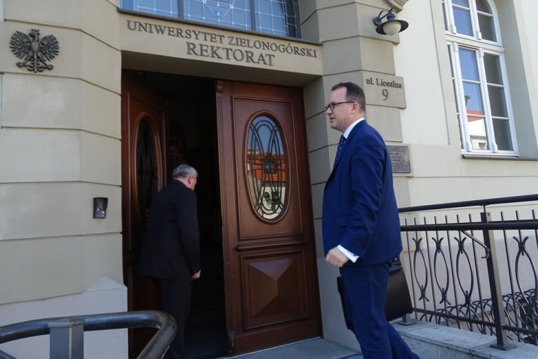 Zdjęcie: męzczyzna wchodzi na Uniwersytet Zielonogórski