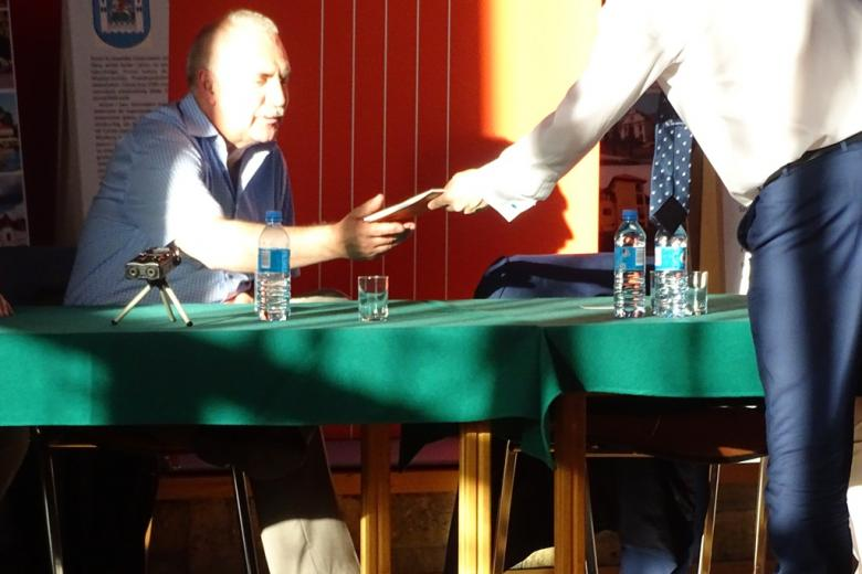 Zdjęcie: mężczyzna wyciąga rękę po publikację