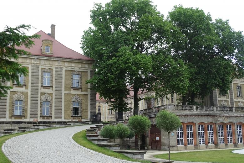 Barokowy pałac z podjazdem