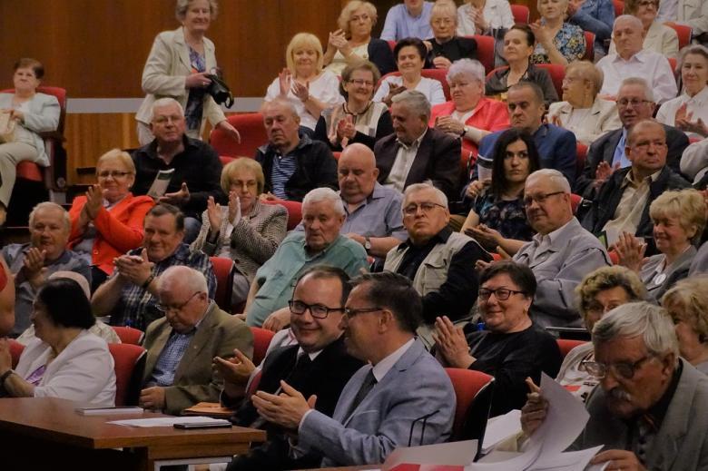 zdjęcie: na auli siedzi kilkadziesiąt osób