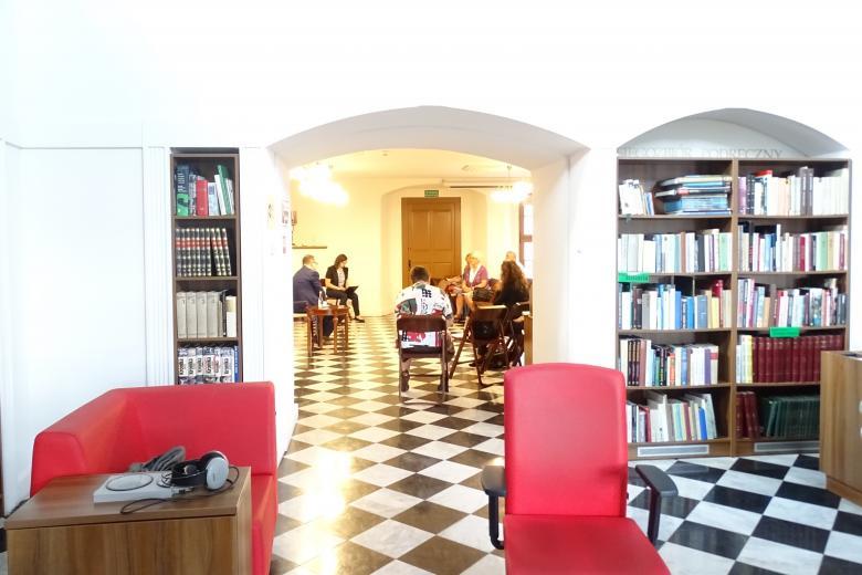 Zdjęcie: zabytkowe wnętrze-biblioteka, ludzie rozmawiają z RPO