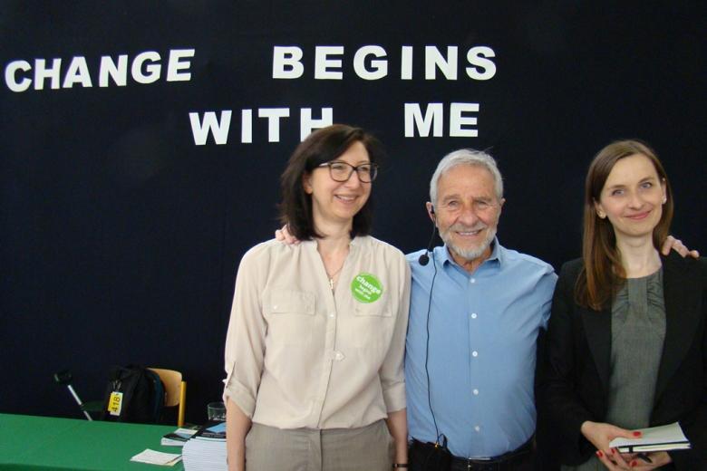 zdjęcie: na peiwrszym planie dwie kobiety i mężayzna w błękitnej koszuli, za nimi napis: Chenage begins with me