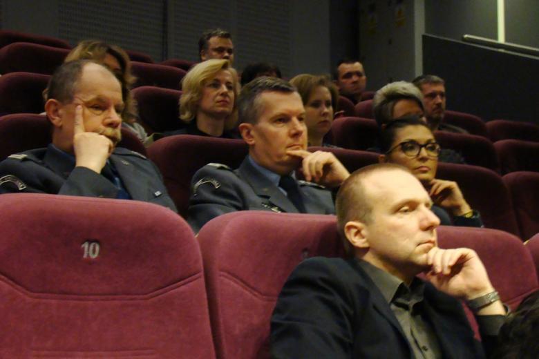 zdjęcie: kilka osób w mundurach siedzi na sali