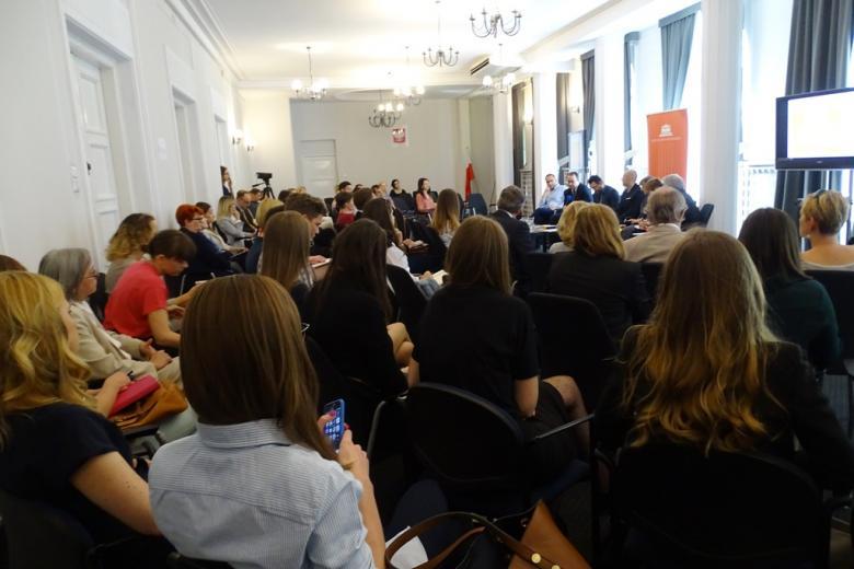 zdjęcie: na sali konferencyjnej siedzi kilkadziesiąt osób