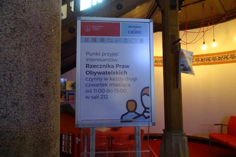 Zdjęcie: informacja na plakacie, w tle - mebelki i zabawki dla dzieci