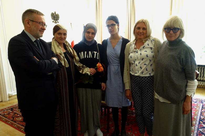 zdjęcie: pięć kobiet i jeden mężczyzna pozują do wspólnego zdjęcia