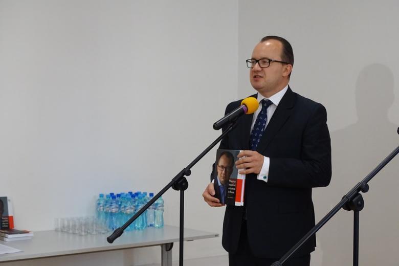 Rzecznik praw obywatelskich Adam Bodnar podczas konferencji prasowej