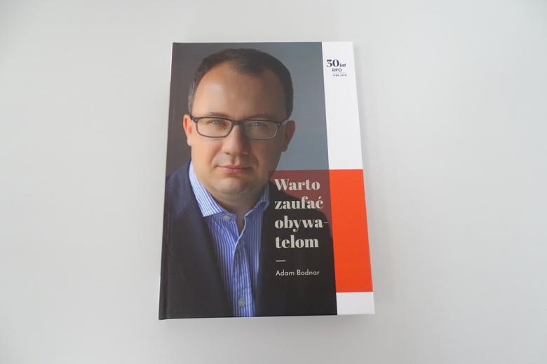 """Publikacja """"Warto zaufać obywatelom"""""""