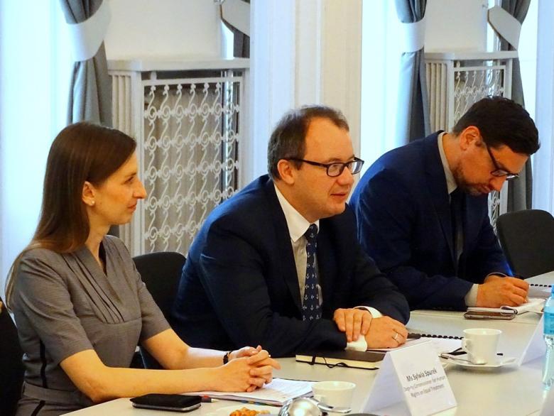 zdjęcie: kobieta i dwaj mężczyźni siedzą przy stole
